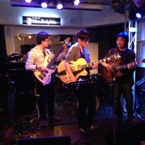 12月8日(木)本町のライブバーMrs.Dolphin(ミセスドルフィン)にてギタリストneaさんドラマー牧川さんとジャムセッションホストです。